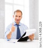 Купить «Успешный офисный сотрудник работает в кабинете с бумагами», фото № 4908229, снято 9 июня 2013 г. (c) Syda Productions / Фотобанк Лори