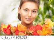 Купить «Красивая девушка с цветами в весеннем парке», фото № 4908329, снято 28 августа 2011 г. (c) Syda Productions / Фотобанк Лори