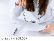 Купить «Молодая женщина работает за столом с деловыми бумагами», фото № 4908557, снято 24 апреля 2013 г. (c) Syda Productions / Фотобанк Лори