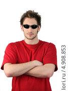 Купить «Мужчина в солнцезащитных очках сложил руки», фото № 4908853, снято 12 марта 2010 г. (c) Phovoir Images / Фотобанк Лори