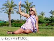 Красивая улыбающаяся девушка сидит на траве. Стоковое фото, фотограф Tanya Lomakivska / Фотобанк Лори