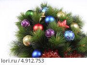Новогодние игрушки в сосновых ветках. Стоковое фото, фотограф Екатерина Высотина / Фотобанк Лори