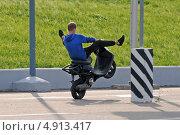 Трюки на скутере, эксклюзивное фото № 4913417, снято 8 июля 2013 г. (c) Юрий Морозов / Фотобанк Лори