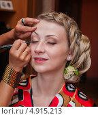 Купить «Визажист делает макияж на ресницах молодой девушке», эксклюзивное фото № 4915213, снято 15 июня 2013 г. (c) Игорь Низов / Фотобанк Лори