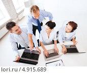 Купить «Коллеги обсуждают просматриваемую на ноутбуке информацию», фото № 4915689, снято 9 июня 2013 г. (c) Syda Productions / Фотобанк Лори