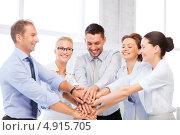 Купить «Счастливые коллеги в офисе радуются удачной сделке», фото № 4915705, снято 9 июня 2013 г. (c) Syda Productions / Фотобанк Лори