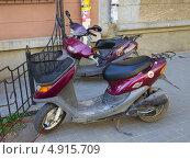Купить «Скутера на улице», эксклюзивное фото № 4915709, снято 7 июня 2013 г. (c) Вячеслав Палес / Фотобанк Лори