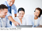 Купить «Коллеги обсуждают просматриваемую на ноутбуке информацию», фото № 4915777, снято 9 июня 2013 г. (c) Syda Productions / Фотобанк Лори