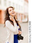 Купить «Счастливая туристка со старой фотокамерой разговаривает по телефону», фото № 4915949, снято 29 июня 2013 г. (c) Syda Productions / Фотобанк Лори