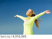 Купить «Девушка в спортивной куртке раскинула руки на фоне неба», фото № 4916065, снято 19 июня 2013 г. (c) Syda Productions / Фотобанк Лори