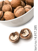 Грецкие орехи в миске и на столе. Стоковое фото, фотограф Вероника Конкина / Фотобанк Лори