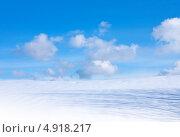 Купить «Синее небо с облаками и снег на земле», фото № 4918217, снято 1 апреля 2012 г. (c) ElenArt / Фотобанк Лори