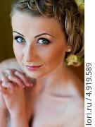Купить «Портрет красивой молодой женщины. Вид сверху», эксклюзивное фото № 4919589, снято 15 июня 2013 г. (c) Игорь Низов / Фотобанк Лори