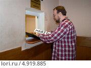 Купить «Регистрация автомобиля, получение номерного знака», эксклюзивное фото № 4919885, снято 26 октября 2009 г. (c) Татьяна Юни / Фотобанк Лори
