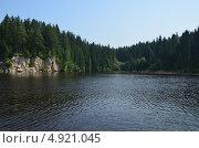 Купить «Скалистый берег реки в солнечный день», фото № 4921045, снято 1 июля 2012 г. (c) Сергей Мазеин / Фотобанк Лори