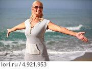 Счастливая женщина на фоне моря. Стоковое фото, фотограф Роман Кокорев / Фотобанк Лори