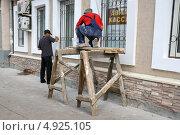 Купить «Тюмень. Косметический ремонт здания», фото № 4925105, снято 29 июня 2013 г. (c) Александр Тараканов / Фотобанк Лори