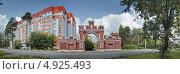 Купить «Новый жилой комплекс и старые ворота в Красноармейске», фото № 4925493, снято 3 августа 2013 г. (c) Julia Shepeleva / Фотобанк Лори