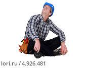 Купить «Рабочий сидит, скрестив ноги, и смотрит вверх», фото № 4926481, снято 12 мая 2011 г. (c) Phovoir Images / Фотобанк Лори