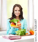 Купить «Счастливая женщина с овощами на кухне», фото № 4928697, снято 16 июля 2011 г. (c) Syda Productions / Фотобанк Лори