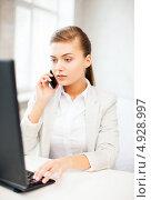 Купить «Успешная деловая женщина отвечает на телефонный звонок в офисе», фото № 4928997, снято 1 июня 2013 г. (c) Syda Productions / Фотобанк Лори