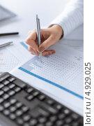 Купить «Работа с бумагами в офисе», фото № 4929025, снято 24 апреля 2013 г. (c) Syda Productions / Фотобанк Лори