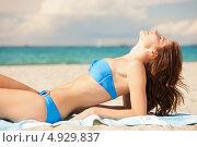 Красивая девушка загорает под южным солнцем на пляже. Стоковое фото, фотограф Syda Productions / Фотобанк Лори