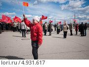 Девочка идет с флагом коммунистической партии (2013 год). Редакционное фото, фотограф Даниил Максюков / Фотобанк Лори