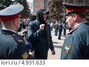 Полицейские просят оппозиционера снять маску (2013 год). Редакционное фото, фотограф Даниил Максюков / Фотобанк Лори