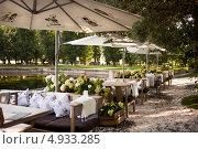 Купить «Летняя терраса ресторана в парке», фото № 4933285, снято 31 июля 2013 г. (c) Victoria Demidova / Фотобанк Лори