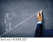 Купить «Рука рисует мелом на доске бизнесмена, идущего по лестнице. Концепция продвижения», фото № 4934321, снято 21 марта 2019 г. (c) Sergey Nivens / Фотобанк Лори
