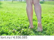 Купить «Женские ноги во время ходьбы по зеленой траве, свободное пространство слева», фото № 4936085, снято 8 августа 2013 г. (c) Кекяляйнен Андрей / Фотобанк Лори