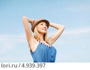Купить «Счастливая девушка в шляпе на пляже на фоне голубого неба», фото № 4939397, снято 4 июля 2013 г. (c) Syda Productions / Фотобанк Лори