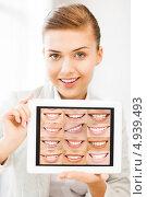 Купить «Красивая девушка показывает на экране здоровые улыбки», фото № 4939493, снято 1 июня 2013 г. (c) Syda Productions / Фотобанк Лори