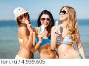 Веселые девушки в бикини с мороженым в руках на пляже у моря. Стоковое фото, фотограф Syda Productions / Фотобанк Лори