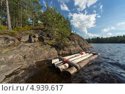 Купить «Плот у скалистого берега озера, туристический лагерь», фото № 4939617, снято 4 июля 2013 г. (c) Argument / Фотобанк Лори