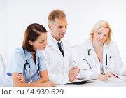Купить «Врачи-коллеги консультируются в клинике», фото № 4939629, снято 6 июля 2013 г. (c) Syda Productions / Фотобанк Лори