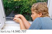 Купить «Мальчик вкручивает отверткой шуруп в оконную раму», фото № 4940797, снято 10 августа 2013 г. (c) Дмитрий Морозов / Фотобанк Лори
