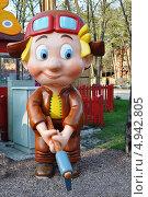 Купить «Винтик с топором в парке развлечений в Харькове», фото № 4942805, снято 23 апреля 2013 г. (c) Sanna / Фотобанк Лори