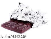 Купить «Плитка шоколада в обёртке на белом фоне», фото № 4943029, снято 12 мая 2013 г. (c) Литвяк Игорь / Фотобанк Лори