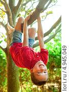 Купить «Мальчик висит на ветке дерева», фото № 4945049, снято 19 июля 2013 г. (c) Дмитрий Наумов / Фотобанк Лори