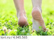 Купить «Босыми ногами по нежной летней траве», фото № 4945565, снято 8 августа 2013 г. (c) Кекяляйнен Андрей / Фотобанк Лори