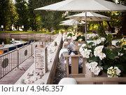 Купить «Летняя терраса ресторана в парке», фото № 4946357, снято 31 июля 2013 г. (c) Victoria Demidova / Фотобанк Лори