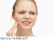 Купить «Девушка с гримасой боли держится за свою челюсть», фото № 4948237, снято 5 апреля 2012 г. (c) Wavebreak Media / Фотобанк Лори