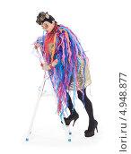 Купить «Актер травести в блестящем платье с разноцветными лентами поднимается по лестнице-стремянке», фото № 4948877, снято 11 августа 2013 г. (c) Discovod / Фотобанк Лори