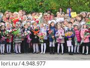 Купить «В ожидании торжественной линейки 1 сентября», эксклюзивное фото № 4948977, снято 1 сентября 2012 г. (c) Алёшина Оксана / Фотобанк Лори