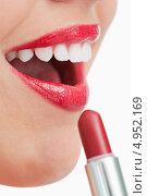Приоткрытый рот девушки, красящей губы. Стоковое фото, агентство Wavebreak Media / Фотобанк Лори