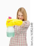 Купить «Девушка держит в руках распылитель с чистящим средством», фото № 4952649, снято 5 апреля 2012 г. (c) Wavebreak Media / Фотобанк Лори