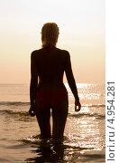 Купить «Девушка стоит в море на закате», фото № 4954281, снято 9 июля 2006 г. (c) Syda Productions / Фотобанк Лори