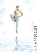 Купить «Стройная девушка занимается пилатесом на белом фоне со снежинками», фото № 4955281, снято 17 июня 2007 г. (c) Syda Productions / Фотобанк Лори